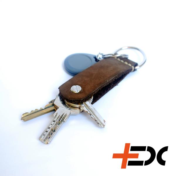 +EDC Folder kulcstartó - Velúr Ha kulcsaidat is igényesen szeretnéd hordani, akkor ez a te terméked! Kézzel készült minőségi kulcstartó, amivel egy bicskához hasonlóan varázsolhatod elő a kulcsaidat. Barna velúrbőr 10 és 15mm-es Chicago csavarral, így akár 6-7 kulcs tárolására is alkalmas szabványos kulcsokhoz