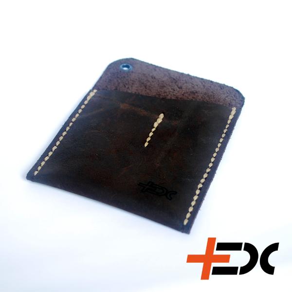 +EDC VF2 zsebrendező - csokoládé A két külön zsebes zsebrendező segít, hogy a bicskád, lámpád ne karcolódjon a zsebedben! Csokoládé barna bőr Két különálló zsebrész, ami ideális egy közepes Victorinox és egy Fenix LD02, vagy Olight i3t-i5t lámpa tárolására 12×9 cm Zsinórlyuk